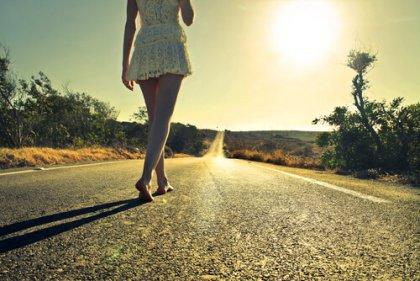 Per strada a piedi nudi