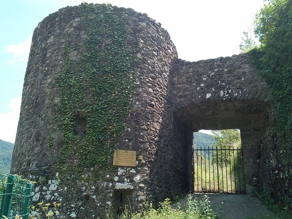 Castello di Comano, la porta di accesso ed una torretta delle mura