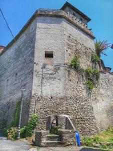 Castello di Monti di Licciana, scorcio delle mura e fontana del borgo
