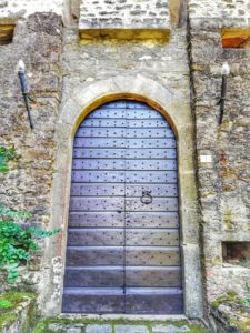 Castello di Monti di Licciana, portone principale