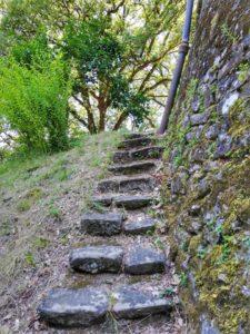Castello di Monti di Licciana, scalette che portano sul retro