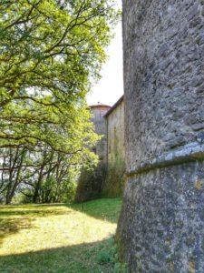 Castello di Monti di Licciana, prato sul retro