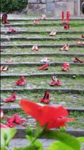 scarpe rosse simbolo antiviolenza su scalinata