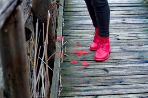 Scarpe rosse simbolo antiviolenza, scarponcini rossi