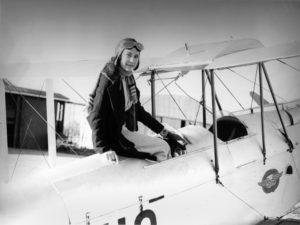 Maude Lores Bonney con il suo velivolo