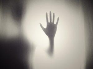 attacchi di panico, mano oltre un vetro, richiesta di aiuto