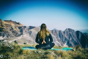 Tecniche di respirazione per rilassarsi, meditazione in montagna