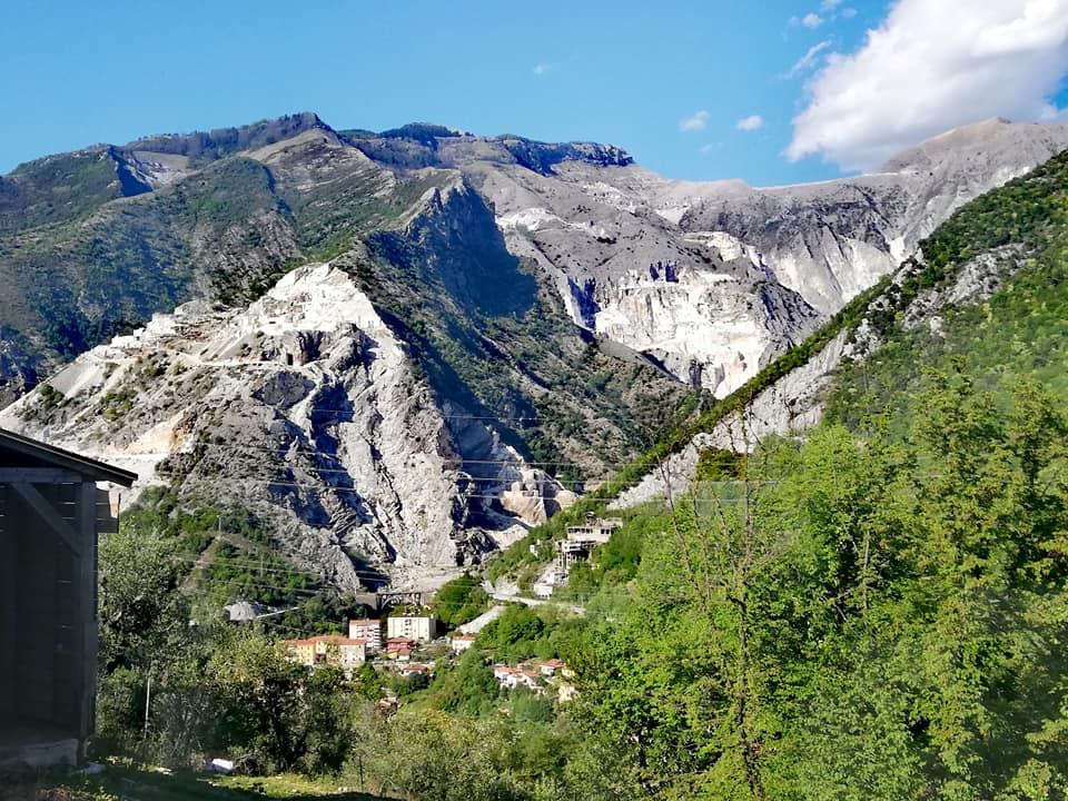 Vista sulle cave dal Sentiero Gragnana Monte d'Arme.