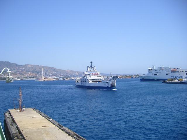 Come arrivare in Sicilia in nave, navi nello stretto di Sicilia