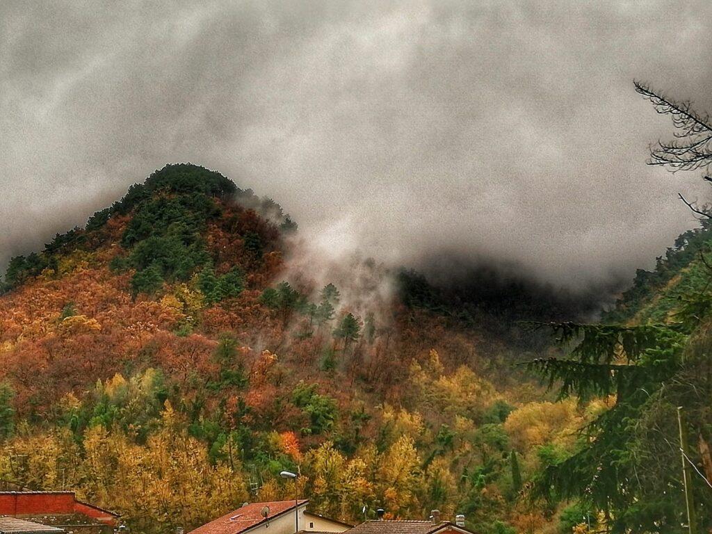 Foliage in Toscana, il foliage delle Alpia Apaune visto dalla mia finestra