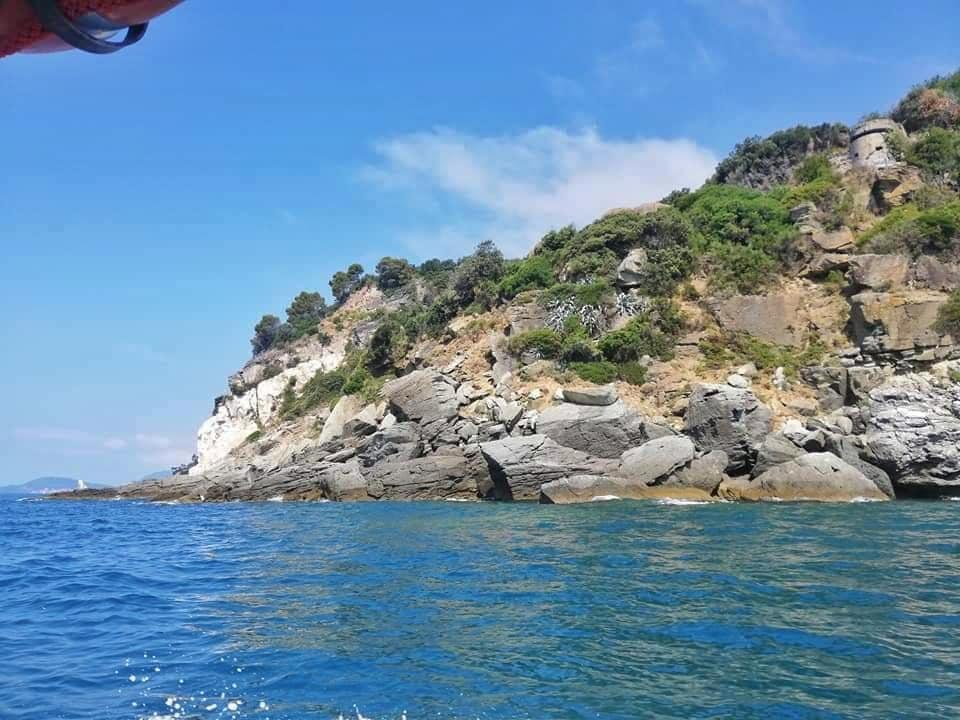 Punta Bianca, Liguria, scogliera e bunker visti dal mare