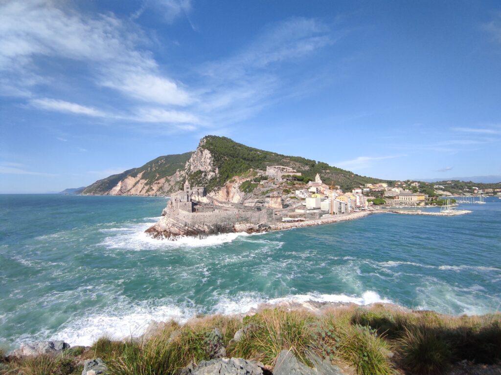 Trekking isola Palmaria, vista sullo stretto delle bocche, sulla chiesa di San Pietro e sulla costa