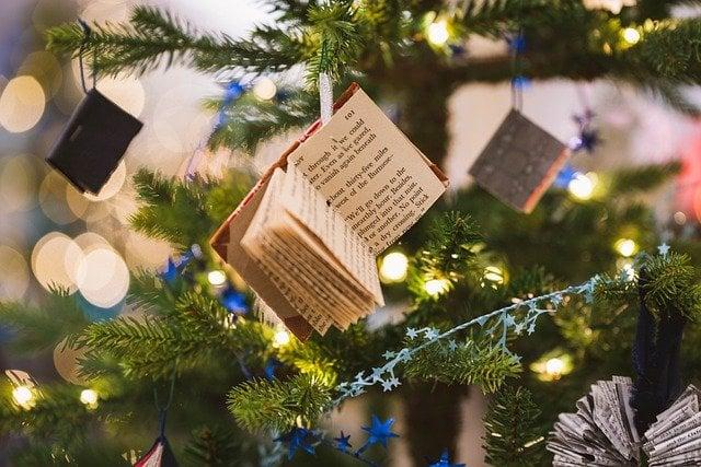 Frasi sul Natale, bigliettini appesi all'albero