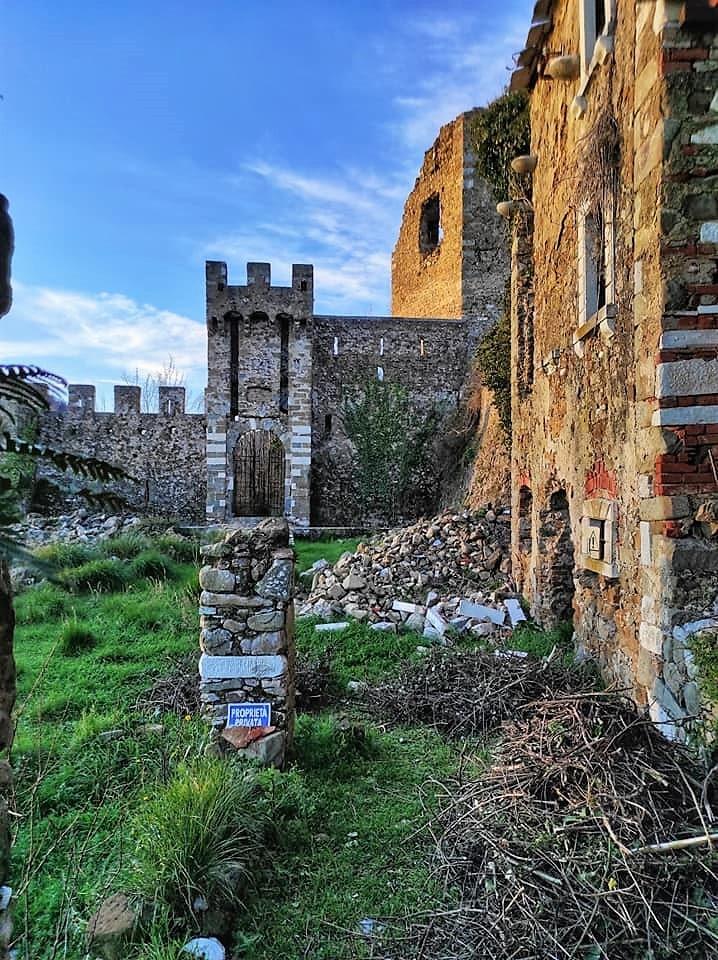 Castello di Moneta, i resti dell'ingresso principale