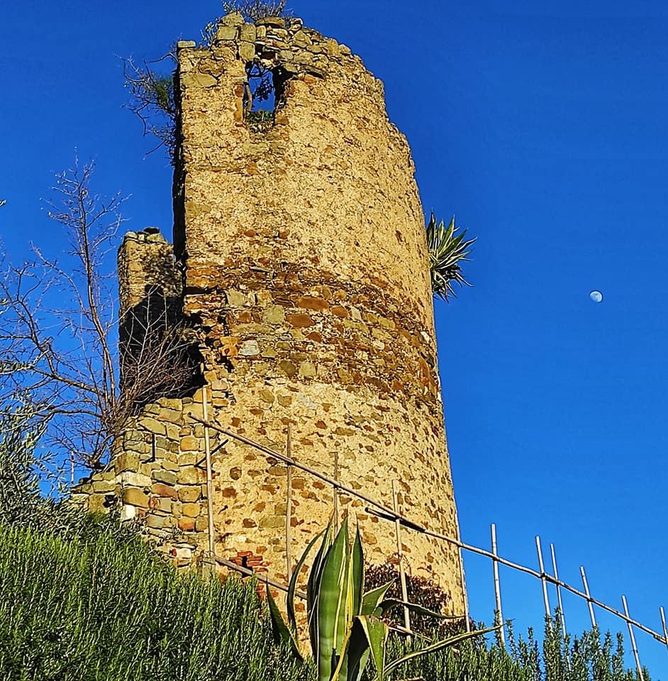 Castello di Moneta, le rovine di una torretta