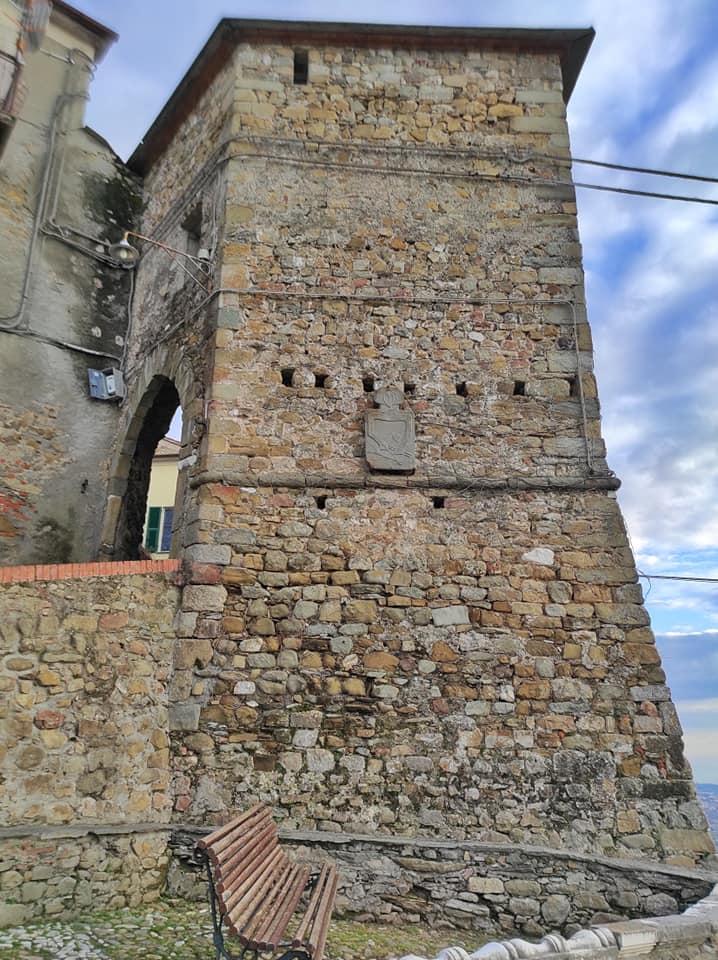 Nicola di Ortonovo, l'antica torre pentagonale