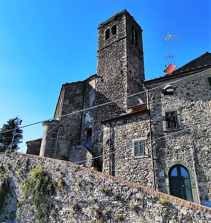 Pulica Fosdinovo, la torre ed uno scorcio del borgo