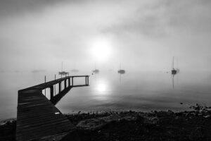 Caligo la nebbia del mare avvolge le barche