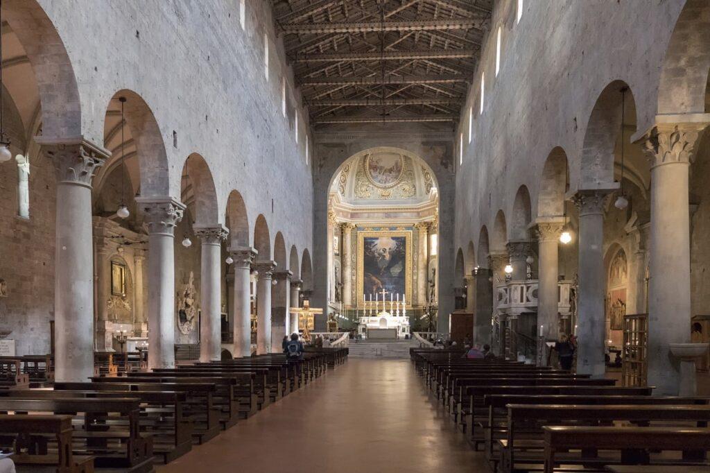 Duomo di Pistoia e Santiago di Compostela, interno del duomo in cui si trova la reliquia del santo