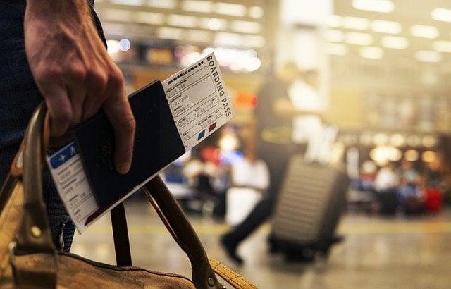 Viaggiare per turismo nonostante il Covid, persone in aeroporto