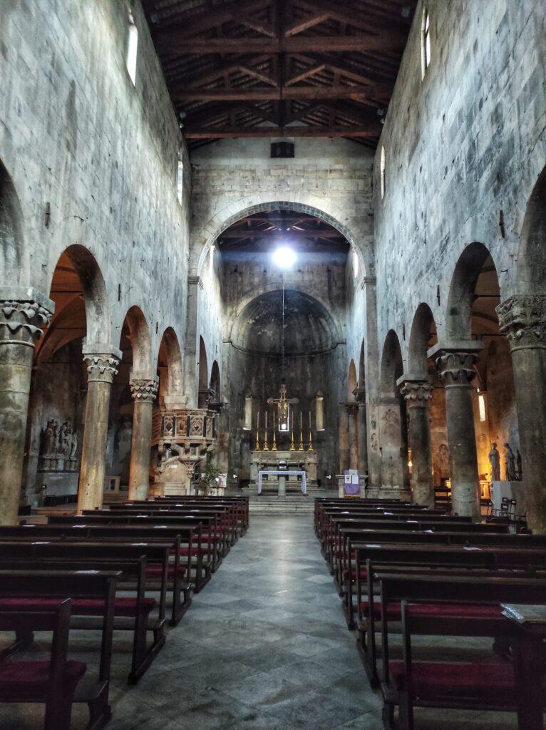 Interno del Duomo di Carrara