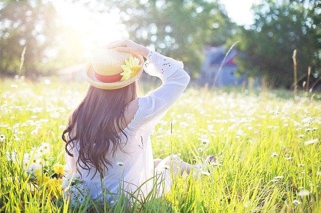Primavera, donna in un campo fiorito
