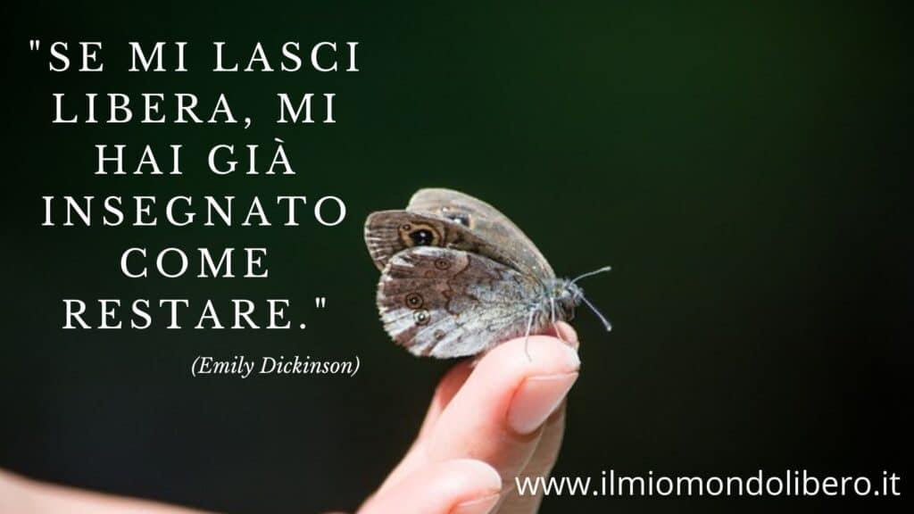 """Falena appoggiata si dita di una mano con la Frase sulla libertà """"""""Se mi lasci libera, mi hai già insegnato come restare."""" (Emily Dickinson)"""