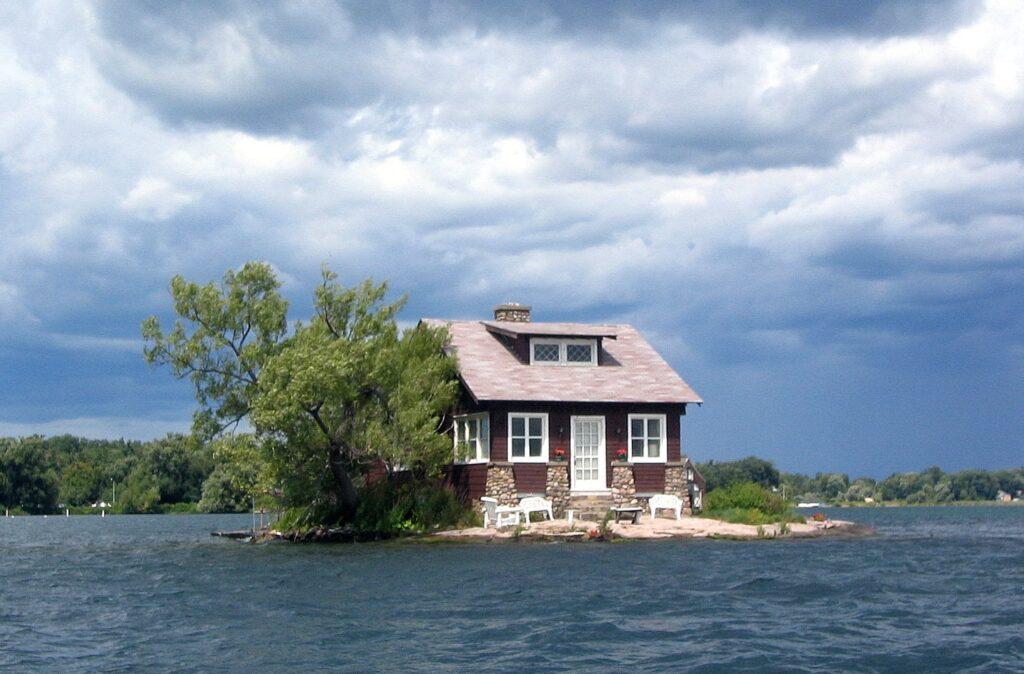 isola più piccola del mondo ha solo una casa, due alberi ed una minuscola spiaggia