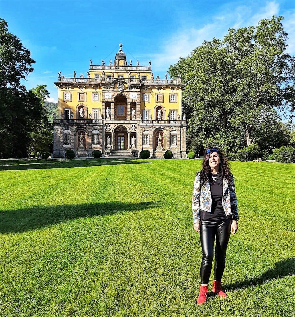 Villa Torrigiani, io nel giardino con alle spalle la facciata barocca