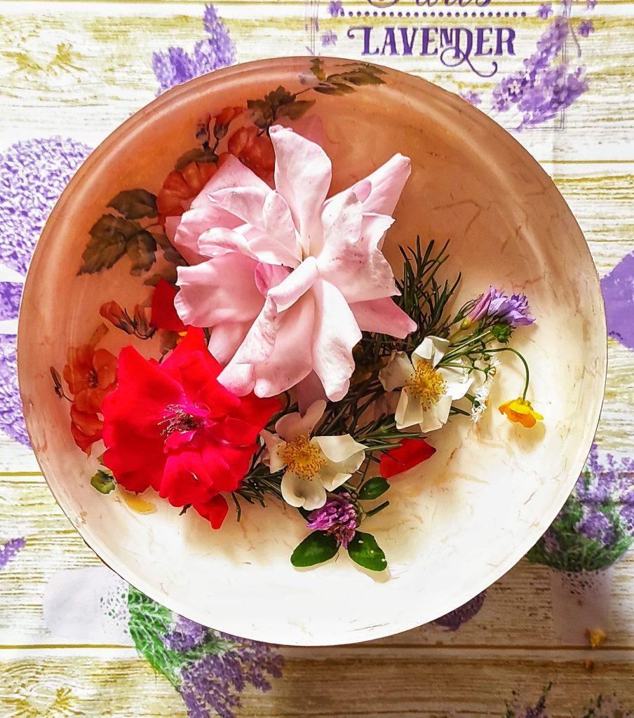 Acqua di san Giovanni, fiori in una bacinella